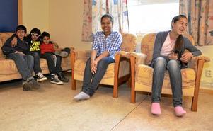 Det är mycket skratt och glädje när eleverna på asylskolan har lektion. I soffan sitter killarna Adis Huskic, Elvir Jasari och Damir Zairovic. Och i fåtöljerna sitter Rawan Hussain Hamid och Vanesa Zairovic.