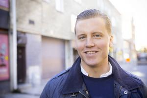 Johan Altberg drömde om ett liv som hockeyproffs. Nu hjälper han hockeyproffsen och lever på att skriva så bra kontrakt som möjligt för dem.