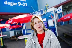 """Erika Fink klarade sig undan inbrott under natten mot fredagen, men har varit utsatt tidigare. """"Jag förstår om vaktbolagen inte har tid att vara här hela nätterna, men det borde gå att göra något åt det här problemet"""", säger hon.  Foto: Ulrika Andersson"""