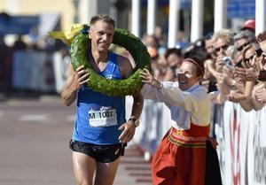 Ultravasan med Jonas Buud där Jonas får kransen av Viktoria Stärner när han satte rekordtiden 5.45.08  2015.