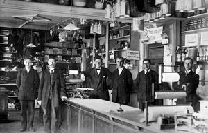 Butiken i Bräcke någon gång mellan 1913 och 1923. Vid starten 1908 hade konsumentföreningen problem med bank- och varubojkotter från motståndare inom den privata handeln som gärna tog ut överpriser.