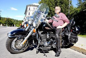 – Tempot har ökat i trafiken och det är ingen som håller fartgränserna så noga numera, säger Nils Stridsberg, pensionär från Juniskär.