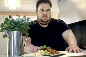 Claes Albertsson största passion i livet, förutom sambon, är matlagning. Nu är han inne på sitt 23:e år som yrkesverksam kock.