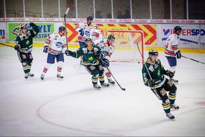 Erik Näslund sätter 2–0 till ÖIK mot Örnsköldsvik. En match där premiärnerverna märktes tydligt och där laget inte kunde kontrollera som man ville, men där man tillslut vann med 2–1.