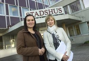 Minna Jumisko och Gia Whitehead hade protestlistor från 96 föräldrar med sig till kommunstyrelsens möte.