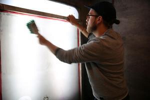 Martin Lysfoss Gunnerfeldt är konstnär från Orsa som varit i verkstaden och jobbat med screentryck.