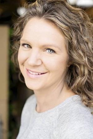 Madeleine Müller Lightner är från Östersund men bor i dag i Göteborg. Där arbetar hon som inredningsarkitekt och på somrarna spelar hon in programmet Bygglov som visas på tisdagar i tv4.