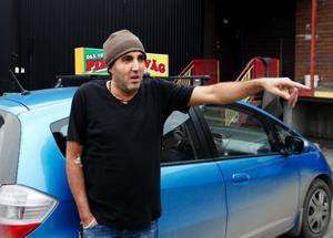 – Jag vågar aldrig gå ut och säga till gängen. Då kan jag vänta mig skadegörelse på pizzerian, säger Samir Harouky, som har fått två bilar totalförstörda på parkeringen.