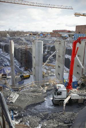 Det som ska bli en del av de nya dammluckorna, de gigantiska pelarna, är färdiggjutna. Bygget av ny kraftstation i Hissmofors började förra vintern och beräknas pågå nästa vinter också.
