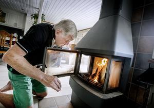 – Kaminen som installerades för åtta, nio år sedan  gör somrarna längre, säger Lasse Jacobsson.