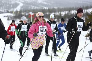 Maria Aronsson, Lidingö, var en av de nära 2 000 som åkte en mil i jakten på en bil i Storhogna på långfredagen. Hon hade dessutom fixat lite påskkänsla på tävlingsdräkten.