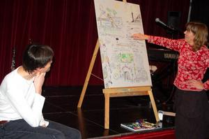 Anna Erlandsson förklarar vad hon har ritat under kvällen. Foto: Carin Selldén