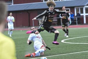Edib Kurtovic glidtacklar mot bollen och Strömsbergs David Luis-kopia Marcus Söderlund.