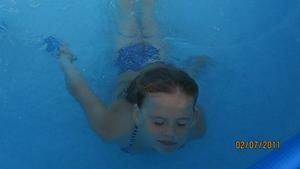 Rebecca älskar att bada, badar i poolen i alla väder nästan! på bilden ser man att hon verkligen njuter och nog drömmer sig bort och önskar att hon vore en delfin!