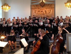 Stor kör, orkester och skickliga solister framförde påskens budskap i den dramatiska Johannespassionen i Sköns kyrka.