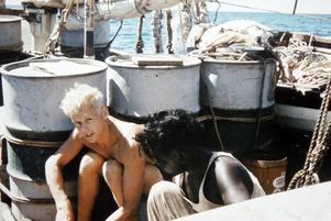 Här öppnar Kent sjögren och en malayisk besättningsman pärlemorskalen på jakt efter musslor.