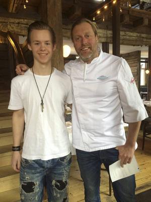 Jonathan Hammar tillsammans med sin handledare tillika tv-kocken Gustav Trädgård.