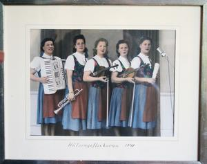 Hälsingeflickorna, anno 1941. Nelly Wååg i mitten.