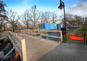 Tillfällig lösning. Svängbron renoveras och under tiden får man ta sig över Slussen med hjälp av en provisorisk gångbro.