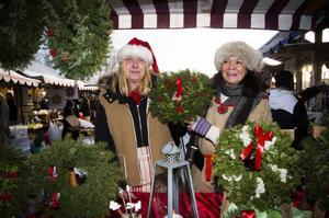 Anetter Norin och Elisabeth Wallman sålde dörrkransar och julprydnader.