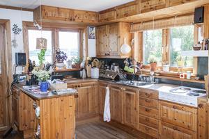 Köket är parets favoritplats i hemmet. Här spenderar de nästan all tid. Eva bakar varje dag, antingen bröd eller något sött.