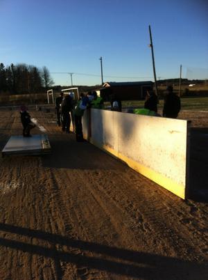 Mellan 15 och 20 frivilliga hjälpte till att sätta upp rinken, berättar Örjan Mårtensson.