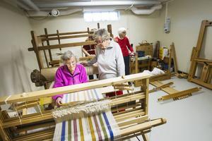 I vävrummet brukar Majlis Halvarsson och Svea Sundkvist göra mattor och handdukar som tillverkas i de vävstolarna och materialet.