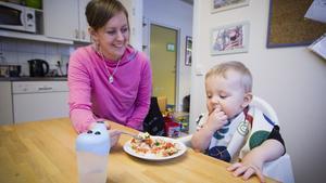 Cathrin och sonen Vilgot Lindberg, 11 månader, kommer ofta till Stacken. Det nuvarande köket är för litet och deltagarna får ofta äta i skift under lunchtid.