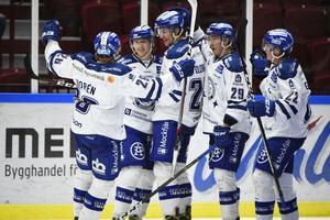 Leksands Olle Alsing jublar efter sitt första SHL-mål i sin första SHL-match borta mot Malmö, tillsammans med Patrik Norén, Sondre Olden, Tobias Forsberg och Martin Grönberg.