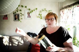 – Kackerlackorna sprider sig givetvis via ventilationstrummorna. Och jag måste bo i skiten, säger Maria Jensen som går in i julmånaden med två gånger sanerad lägenhet och ändå levande kackerlackor.
