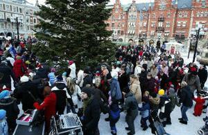 Vid julgransplundringen på Stora Torget i Sundsvall dansade unga och gamla i flera ringar runt granen. Valet av låtar var en sådan här dag givna. Smågrodorna och Räven raskar över isen är oslagbara.