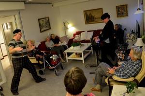 Clown i vården. Clownen Bulgo (Jonny Lundgren) och Matts Norman bjuder på sång och musik, bus och trolleri på Tullbackagården i Nora ungefär en gång i månaden.