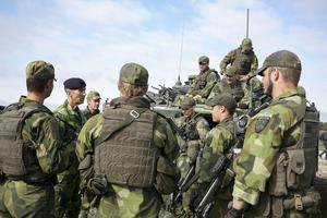 ÖB Micael Bydén möter soldater från P4 i Skövde på Tofta skjutfält på Gotland.