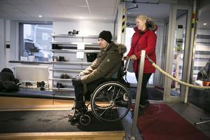 Jonas och Therese anländer till träningsanläggningen Må Bättre i centrala Falun. Här tillbringar de en stund vid maskinerna var och varannan dag.