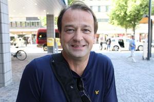 Stefan Sörman, 47 år, försäkringssäljare, Gävle– Jag tror mer på att bygga om Strömvallen. Det är bättre att ha det nära staden. Det drar med sig mycket positivt. Jag tror det är bättre för fotbollen också.