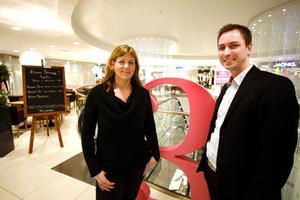 I nya Vågen Gallerian. Linnea Fennhagen och Fredrik Bergkvist ser fram emot invigningen i morgon, torsdag.