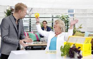 I direktsändning i morse blev Hjördis Pettersson, Östersund, vinnare av en kvarts miljon kronor. Till vänster ses programledaren Jesper Börjesson.