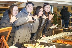 Det fanns alternativ, alla gillar inte renskav, här är det Karoline Sokolowka, Linus Winger, Nina Ekelund och Emma Bohlin som tar för sig av dagens meny.