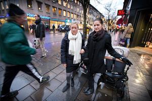 Sara Lindström, 27, och Malin Ringels, 28, vill inte gå ut var och en för sig i kvällsmörker. De tycker att det är speciellt otäckt på mörka cykel- och gångbanor och i närheten av skog.