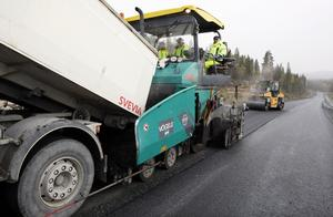 1500 ton asfalt om dagen lägger den stora maskinen. Under asfalten ligger en halv meter grus.