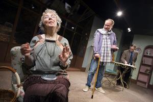 Margareta Niss gestaltar den underbart förvirrade och godmodiga  operasångerskan Cecily. I bakgrunden bullrige Will och bittre Ron.