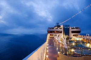 På natten förs kryssaren över Medelhavet till nästa dagsstopp.
