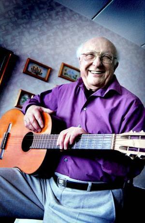SVERIGE ÄR HEMMA. Fiorenzo Soldani har bott längre i Sverige än i hemlandet Italien. Nästa år blir det 50 år  i Sverige. Han är musiker, främst pianist, sångare och kompositör samt före detta bingo-konsult.