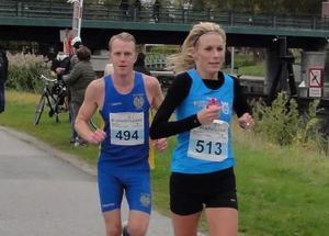 Elias Zika i rygg på landslagslöparen Mikaela Kemppi i Åstadsloppet 2016 (arkivfoto).