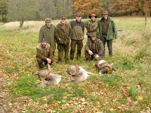 När Henrik Persson är i Tjeckien jagar de tillsammans med lokala jägare på deras marker. Här är det dovhjort och mufflo som Anders Söderberg och Per-Arne Forsberg jagar tillsammans med tjeckiska jägare.