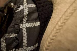 Fint repmönster i Lisas skjortklänning, och en enkel och fin flätad detalj i Roynes tröja.
