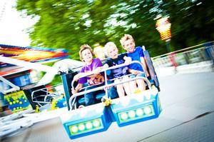 Erik Julle, Viktor Wiman och Alvin Wiman från Hudiksvall njöt av fartvinden i Twister.