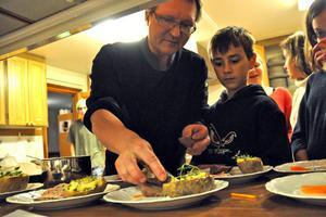 Tommy Kokkarinen visar hur pommes williams skulle läggas upp på tallrikarna innan de serverades i matsalen.