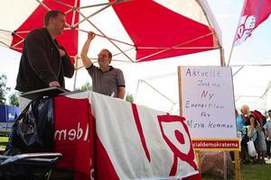 Fel forum? Trots färgglatt paraply och en mycket vacker skylt lockades de två morapolitikerna dra så många besökare till ståndet med den nya energiplanen. Foto:Björn Westerdahl