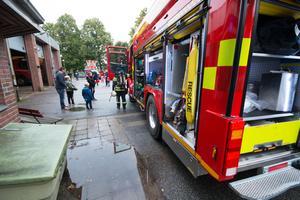 Brandmännen öppnade brandbilarna och satte på blåljusen, till de besökande barnens (och kanske också vuxnas) stora förtjusning.